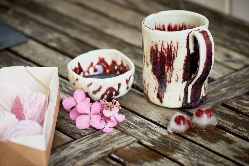 Handmade ceramics Kostki lodu, marznąć jagody na drewnianym tle, Świeżość, wieśniak fotografia royalty free