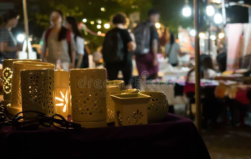 Handmade ceramiczne lampowe pamiątki dla sprzedaży w lokalnej nocy wprowadzać na rynek tło w Tajlandia obrazy royalty free