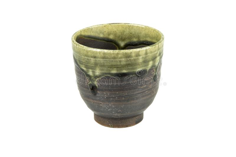 Handmade ceramiczny kubek odizolowywa na białym tle Z ścinek ścieżką fotografia royalty free