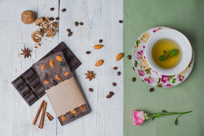 Handmade czekoladowy bar wypełniał z różnymi jagodami i dokrętkami, c zdjęcie royalty free