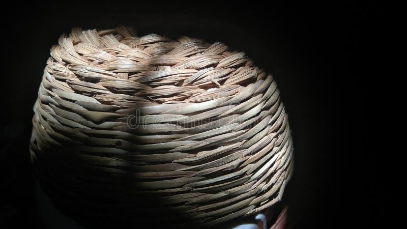 Handmade daktylowy drewniany kosz w świetle słonecznym obraz stock