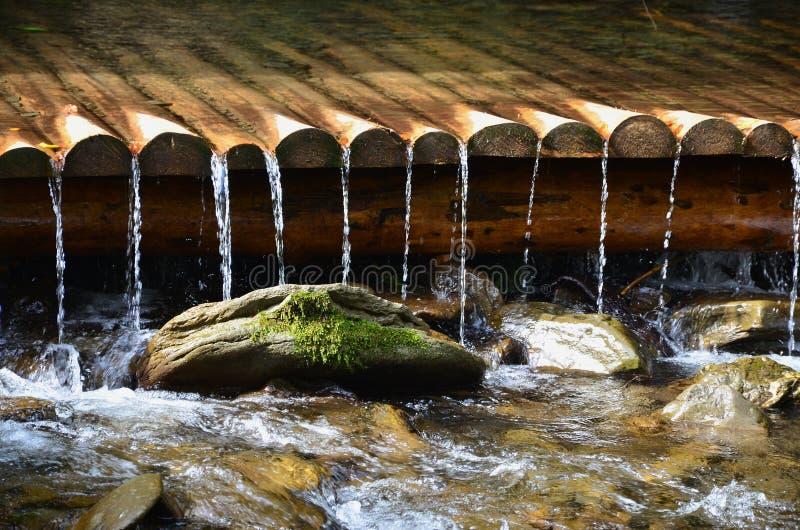 Handmade drewniani woda odcieki od małych taktujących promieni Piękny czerep mała siklawa zdjęcie royalty free