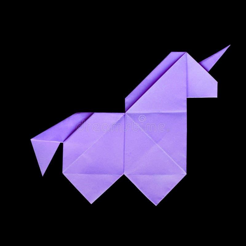 Handmade fiołkowa origami jednorożec na czarnym tle odizolowywającym obrazy stock