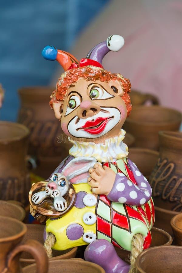 Handmade i handpainted humorystyczna zabawka - postać błazen z królika, tradycyjnej i nowożytnej stylową ceramiczną glinianą pami obrazy royalty free