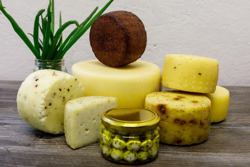 Handmade ko?li ser warz?cy na gospodarstwie rolnym zdjęcie stock