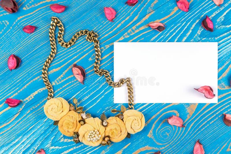 Handmade kolii składać się z pięć kwiatów i kartka z pozdrowieniami z gratulacjami na błękitnym drewnianym tle obraz stock