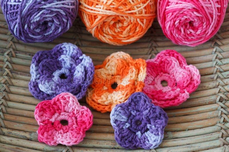 Download Handmade Kolorowy Szydełkuje Kwiaty Z Skein Obraz Stock - Obraz złożonej z igła, uszycie: 53783651