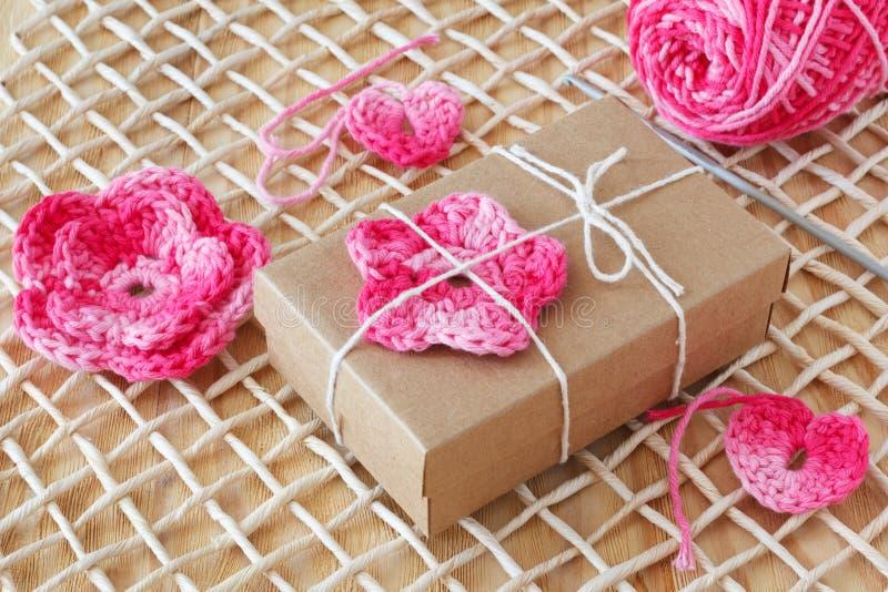 Download Handmade Menchie Szydełkują Kwiaty I Serce Dla Dekoraci Prezent Zdjęcie Stock - Obraz złożonej z crochet, wzór: 53783532