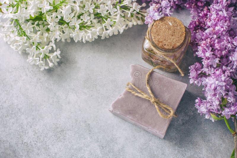 Handmade mydło, Szklany słój z fragrant olejem i bez, kwitniemy dla zdroju i aromatherapy obrazy stock