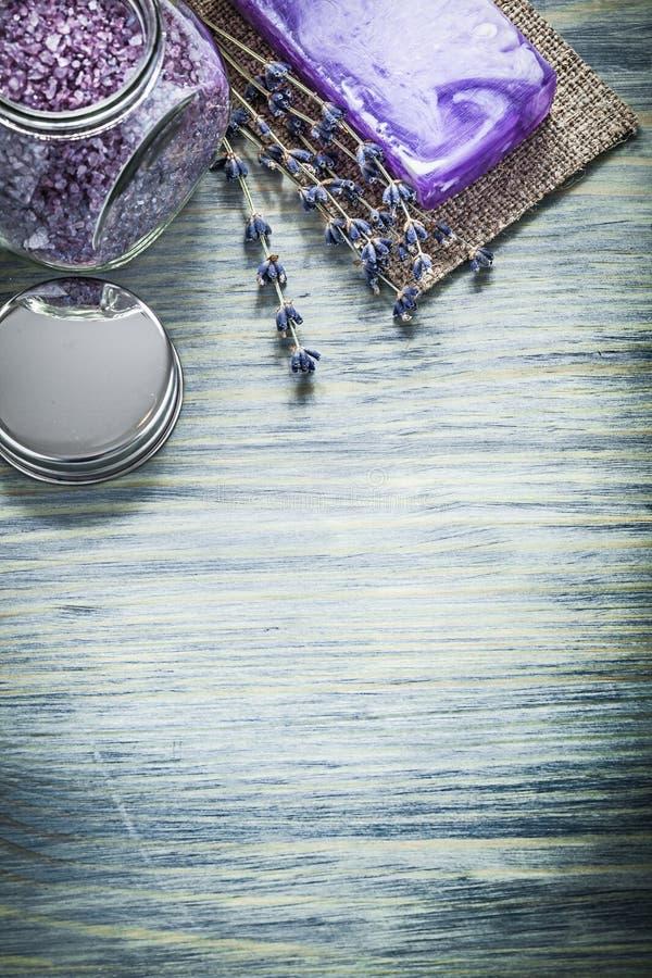 Handmade mydlana lawendowa aromatyczna krystaliczna morze soli słoju pokrywa na wo obraz stock