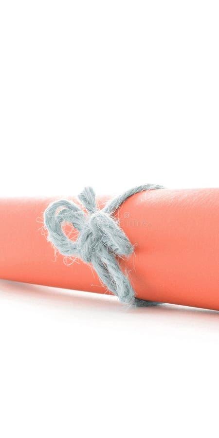 Handmade naturalna smyczkowa kępka wiążąca na pomarańcze listu tubce obrazy stock