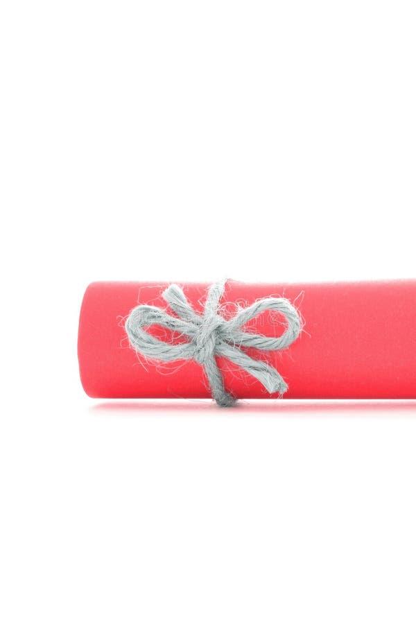 Handmade naturalny linowy guzek wiążący na czerwień papieru ślimacznicie odizolowywającej obrazy royalty free