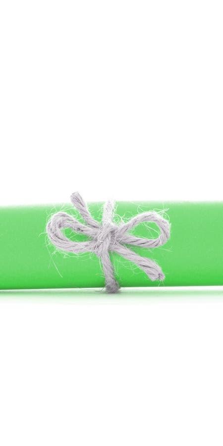 Handmade naturalny linowy guzek wiążący na zieleń listu rolce odizolowywającej zdjęcia stock