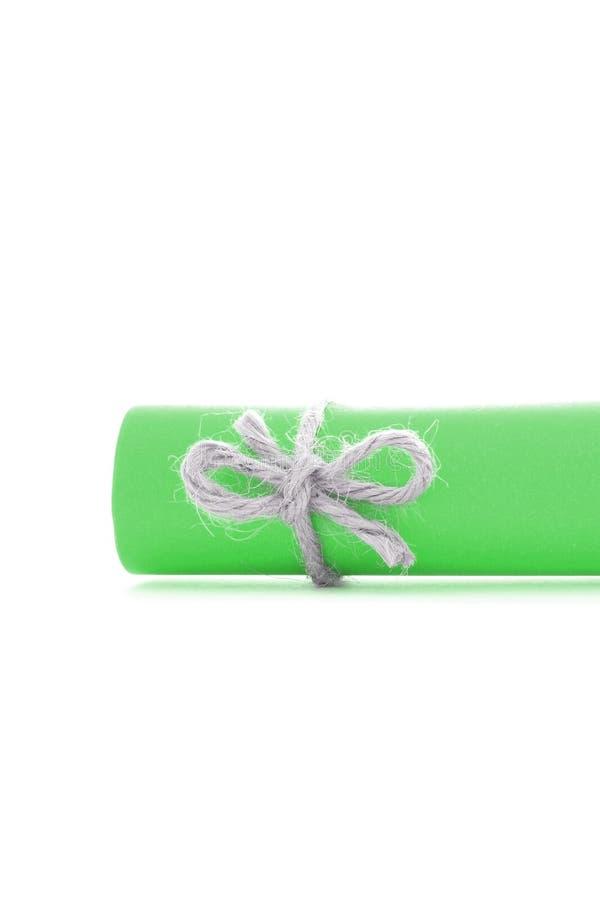 Handmade naturalny smyczkowy guzek wiążący na zielonego papieru rolce odizolowywającej fotografia stock