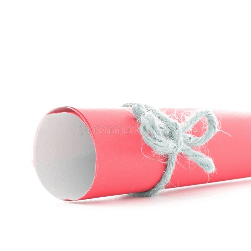 Handmade naturalny sznura guzek wiążący na czerwień papieru ślimacznicie odizolowywającej obraz royalty free