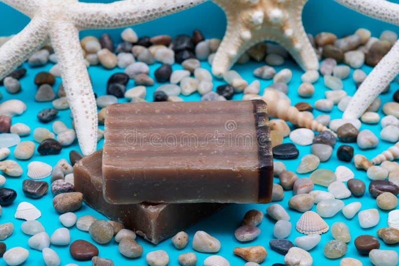 Handmade nawilżania Frankincense & miry kózki Dojny Prętowy mydło dekorujący z małymi otoczakami, Dennymi gwiazdami i morze skoru zdjęcia stock