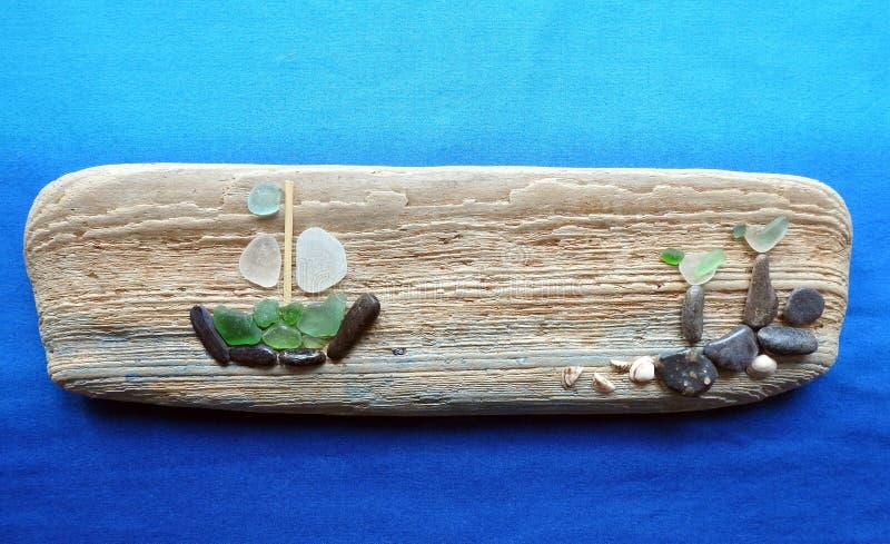 Handmade obrazek na drewnianej powierzchni, Lithuania - statek i ptaki - obraz stock