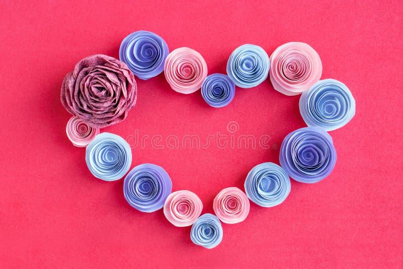 Handmade papierowych kwiatów serca rama na różowym tle Beautif obrazy stock