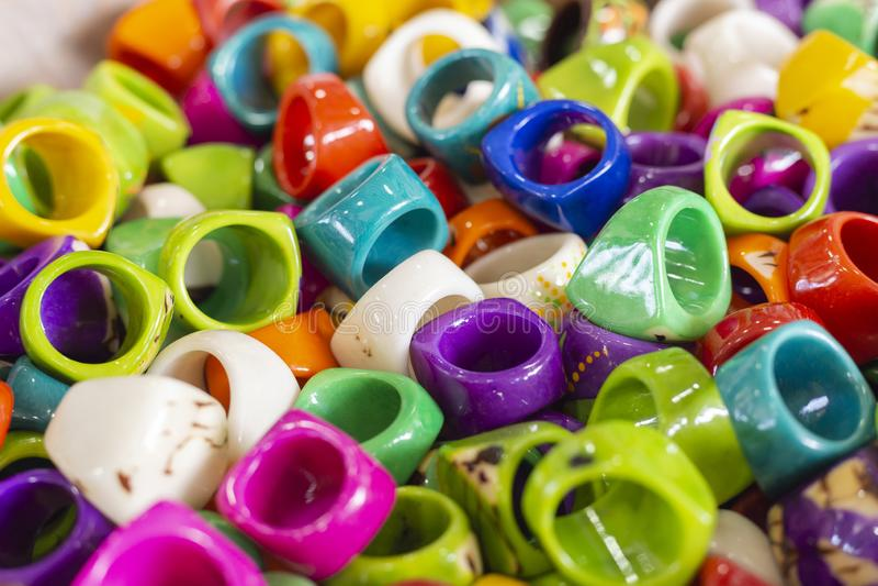 handmade pierścionki różnorodni kolory, robić z przetwarzającymi materiałami, San Andres Kolumbia obraz royalty free