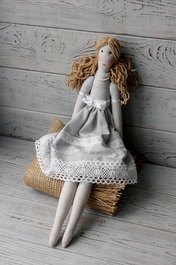 Handmade prawdziwe życie lala na tablecloth z różami zdjęcie stock