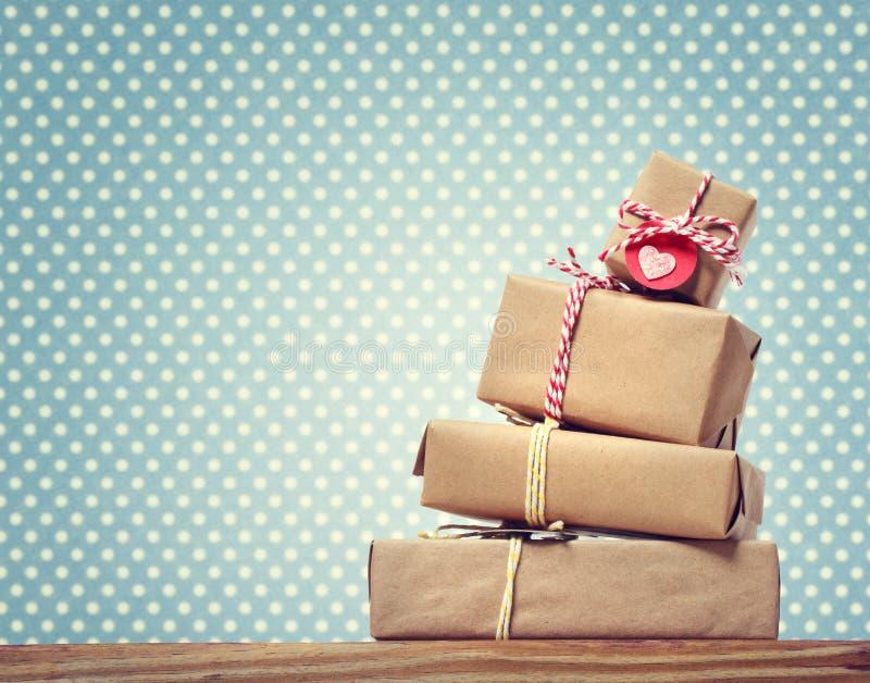 Handmade prezentów pudełka nad polek kropek tłem fotografia royalty free