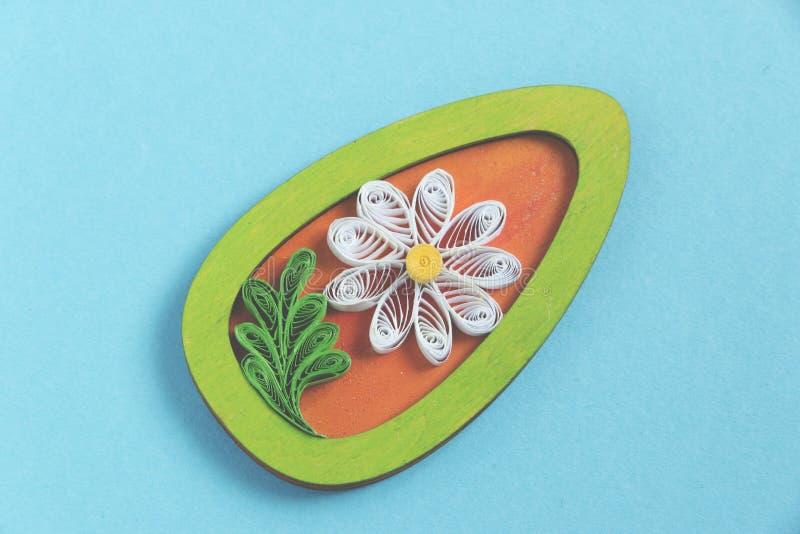 Handmade quilling kwiat na błękitnym tle zdjęcie stock