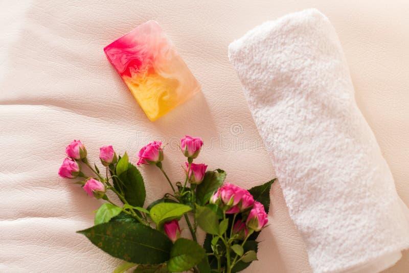 Handmade róże na białej skóry tle i mydło zdjęcia royalty free