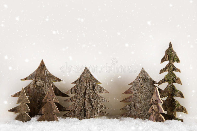 Handmade rzeźbić choinki na drewnianym białym tle zdjęcia royalty free