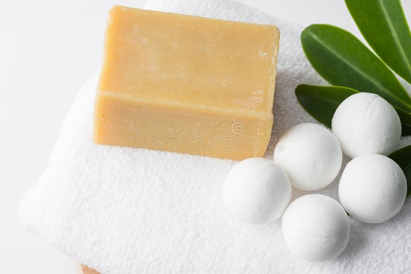 Handmade soli skąpania bomby w piłkach kształtują od organicznie naturalna ręka wykonującego ręcznie weganinów składników Marseil fotografia royalty free