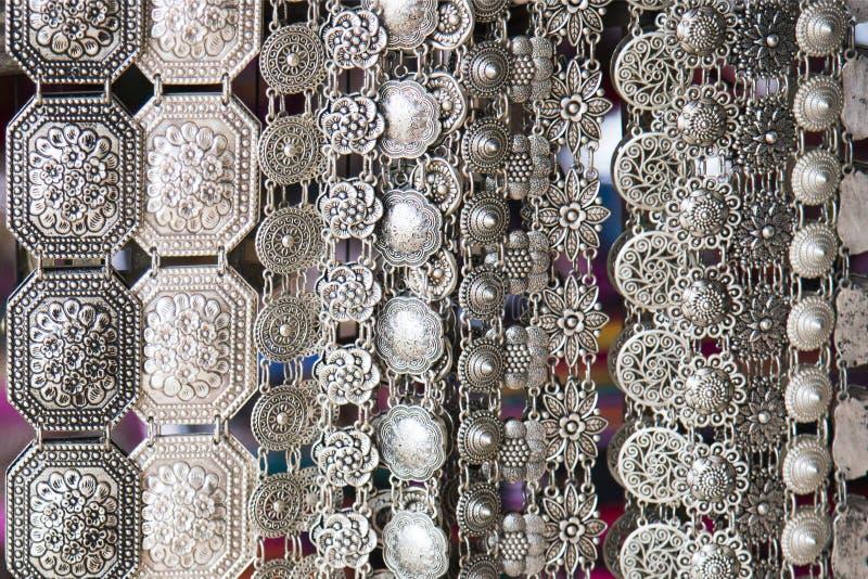 Handmade srebro pasek handcraft jako rocznik mody akcesoria dla kobiety sprzedaży w tradycyjnym sklepie w Tajlandia fotografia stock
