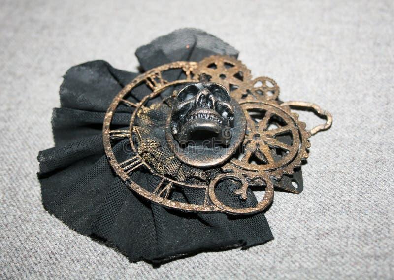 Handmade steampunk broszka z czaszką, brązowi dekoracyjni elementy, dolny widok zdjęcia royalty free