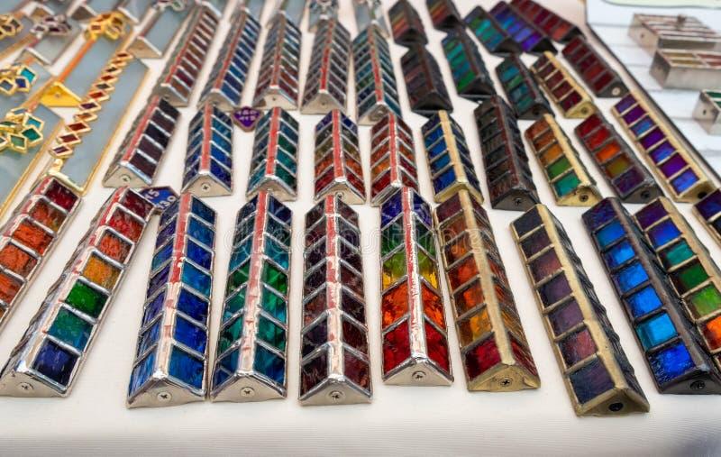 Handmade szklane kolorowe mezuzah skrzynki sprzedawać przy rękodziełem wprowadzać na rynek Tel Aviv zdjęcia royalty free