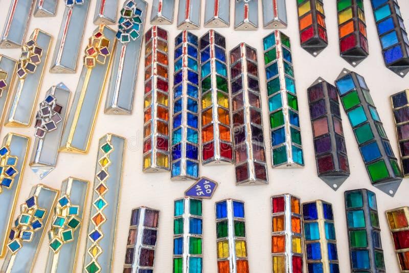 Handmade szklane kolorowe skrzynki dla mezuzah sprzedawali przy rękodzieło rynkiem Tel Aviv fotografia royalty free