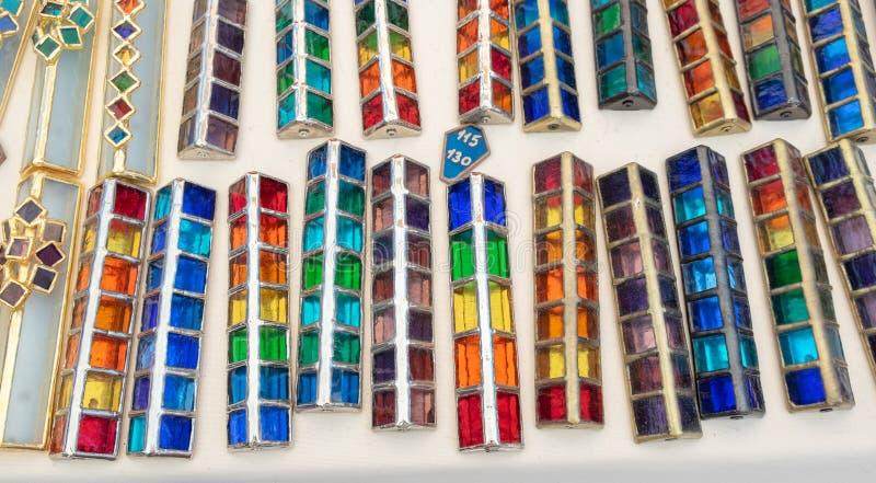 Handmade szklane kolorowe skrzynki dla mezuzah sprzedawali przy rękodzieło rynkiem Tel Aviv zdjęcie stock