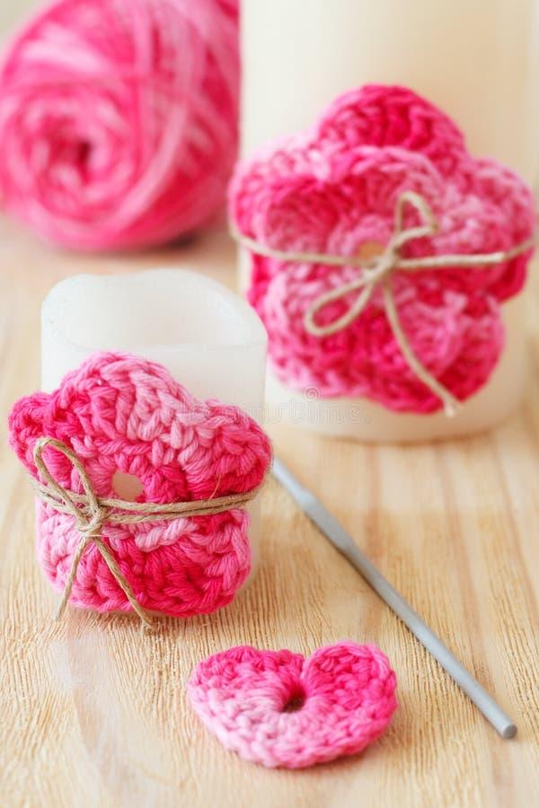 Handmade szydełkowy menchia kwiat na świeczce obrazy stock