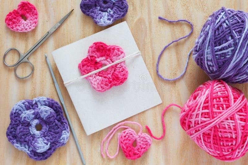 Handmade szydełkuje kwiaty i serce dla powitanie karty zdjęcia stock