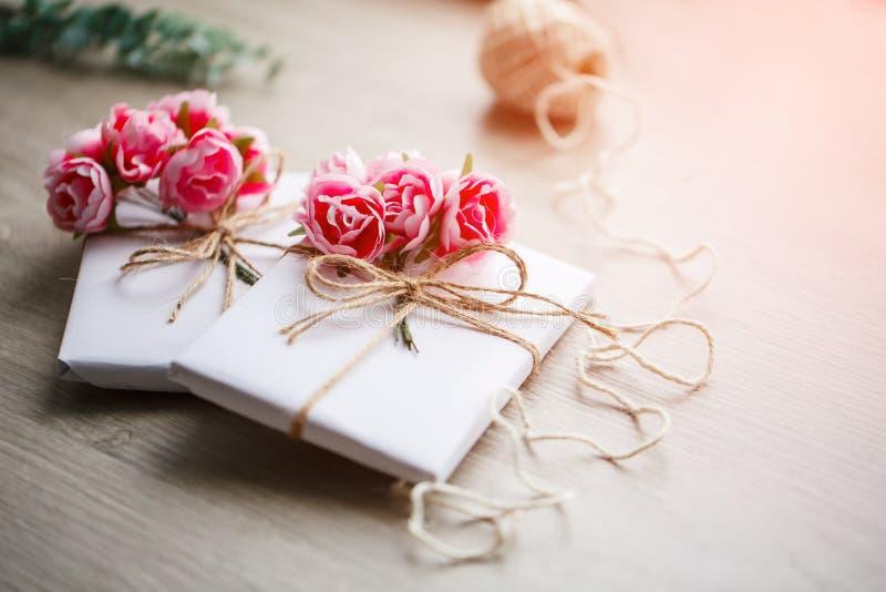 Handmade teraźniejszości pudełko zawijający w papierze z gałąź róże Eukaliptus gałęziaste i nieociosane konopiane sznur cewy na t obraz stock