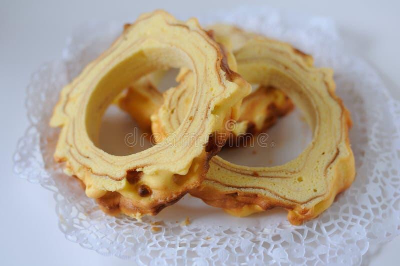 Handmade tradycyjny baumkuchen warstwa tort piec nad ogieniem zdjęcia stock