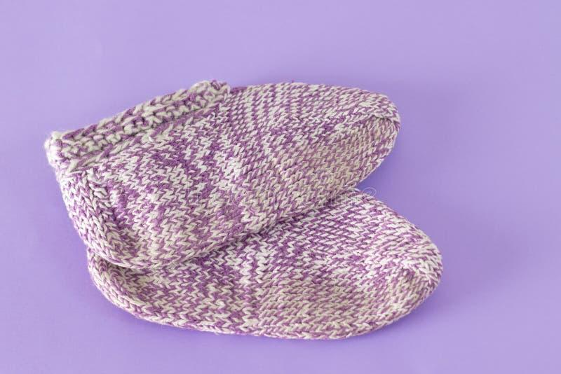 Handmade wełien skarpety na fiołkowym tle zdjęcie royalty free