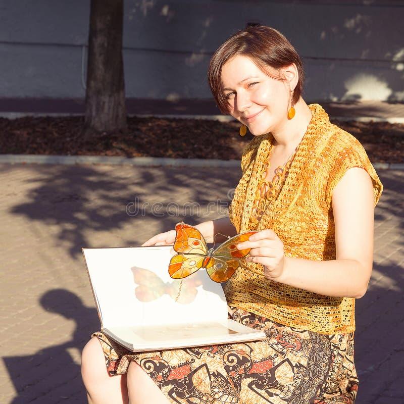 Handmade witrażu motyl w woman& x27; s ręki zdjęcie stock