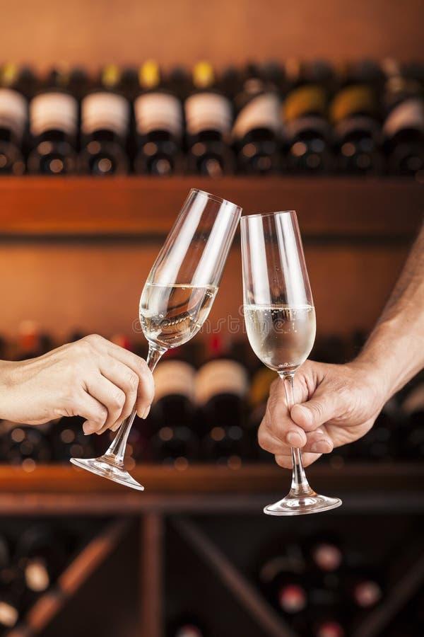 Handman en vrouw met glazen champagne royalty-vrije stock foto