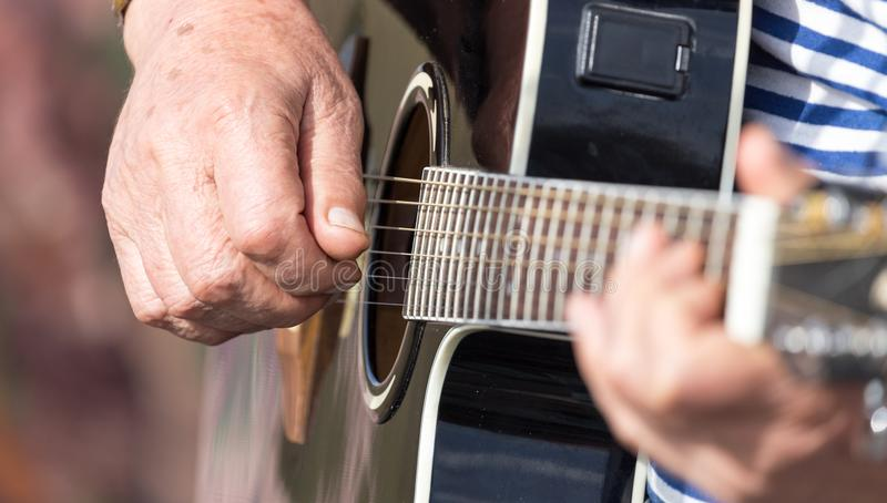 Handman som spelar gitarren arkivbilder