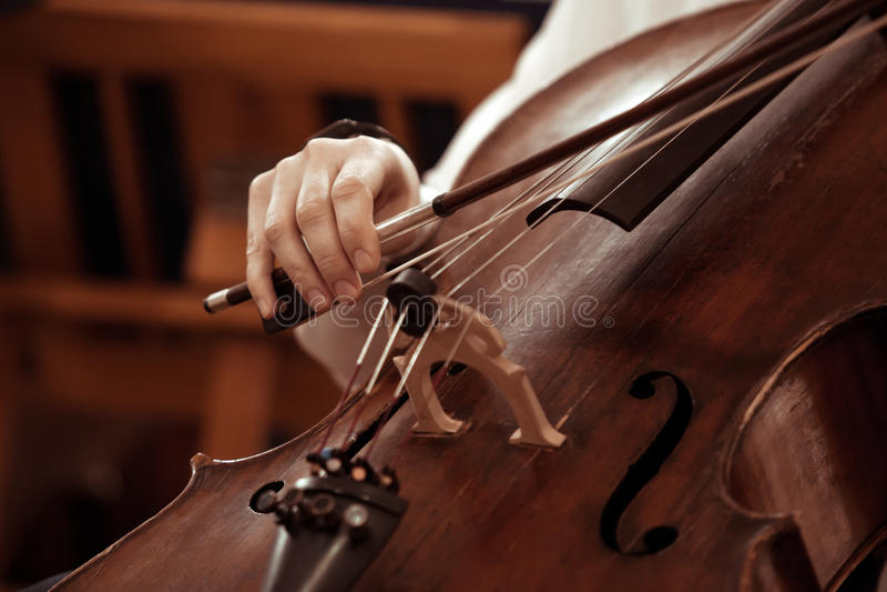 Handmeisje het spelen cello royalty-vrije stock afbeelding