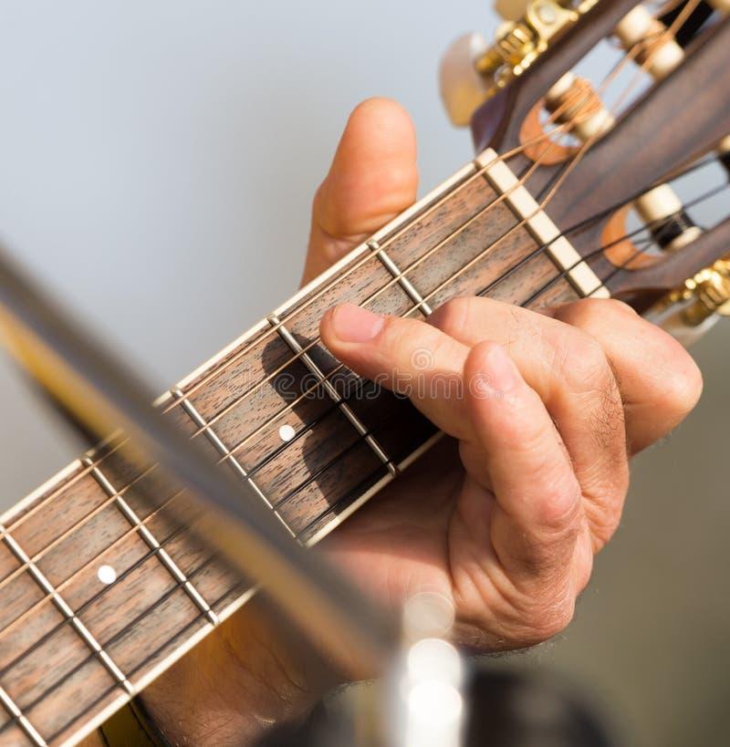 Handmens die de gitaar spelen stock foto's
