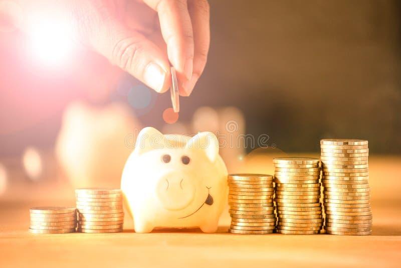 Handmens die geldmuntstukken zetten in spaarvarken voor het concept van het besparingsgeld Het geldbeheer kweekt zaken royalty-vrije stock fotografie