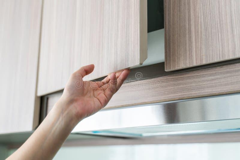 Handoffener Küchenschrank lizenzfreie stockfotos