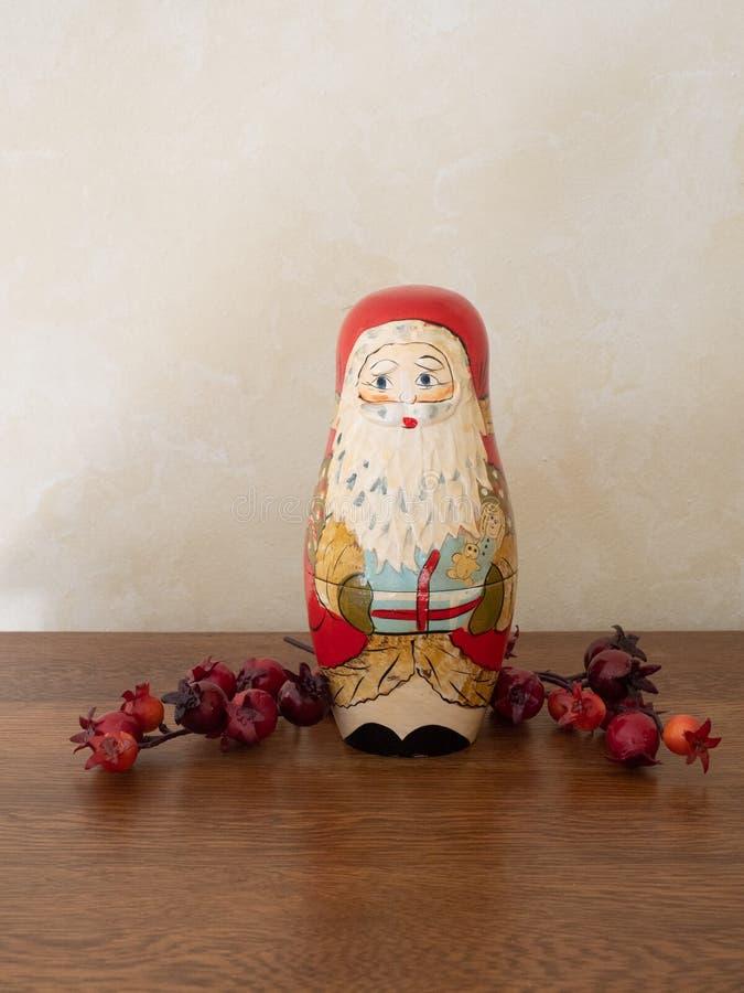 Handpainted Drewniany Santa Gniazduje lali i rewolucjonistki jagody zdjęcie stock