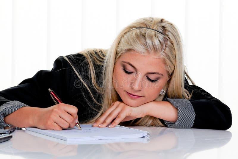 handpennkvinnan skriver arkivbild