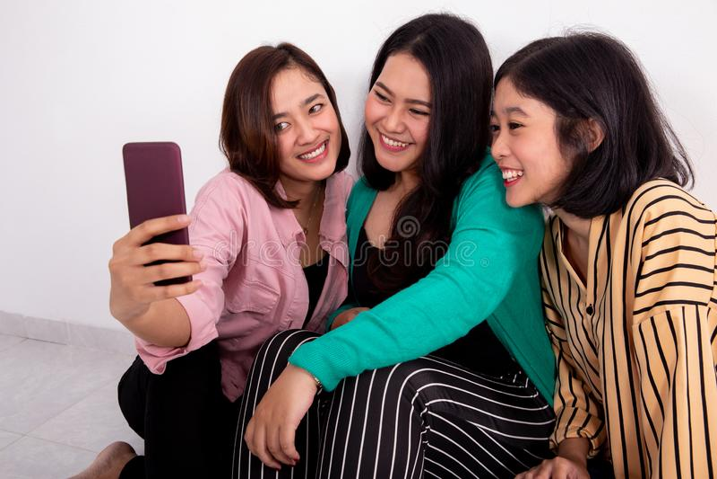 Handphone de participation de meilleur ami photo libre de droits