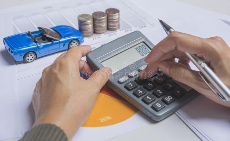 Handpressen-Knopftaschenrechner mit Autoversicherung stockfotografie